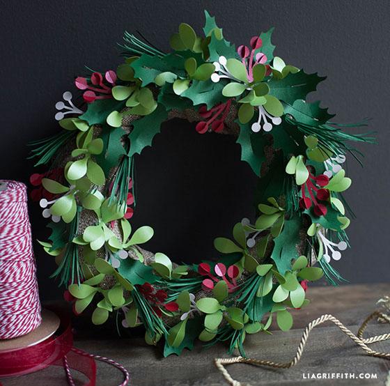 Holly_Mistletoe_Wreath