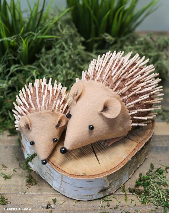 DIY hedgehogs on wooden stump together