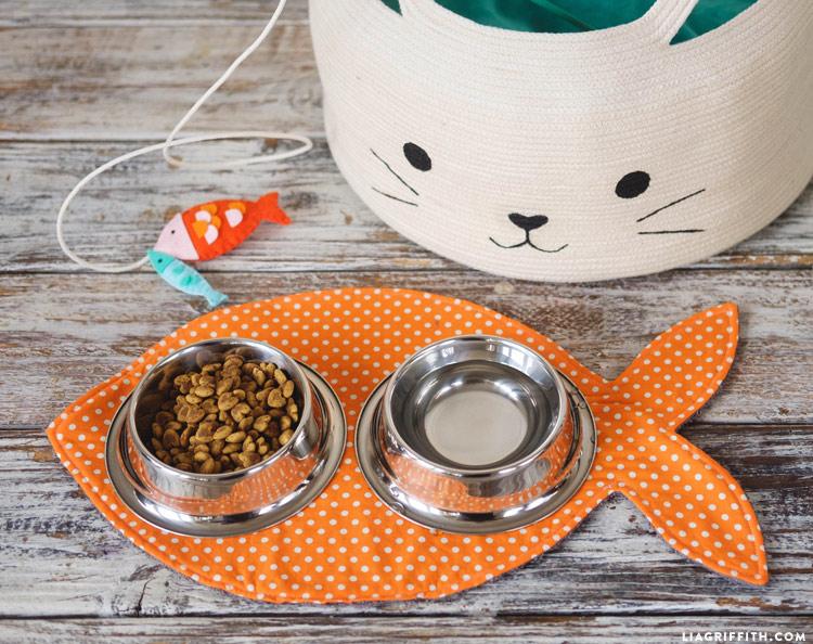 DIY fish-shaped mat for cat food dish and water bowl