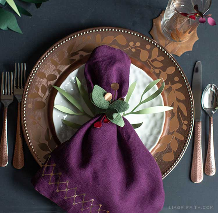 DIY leaf table décor and place settings for holiday tablescape