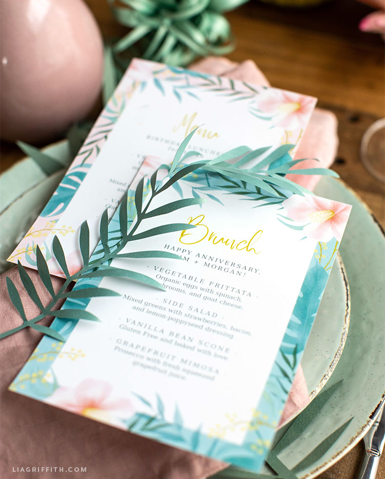tropical menus on green plates with paper fern leaves