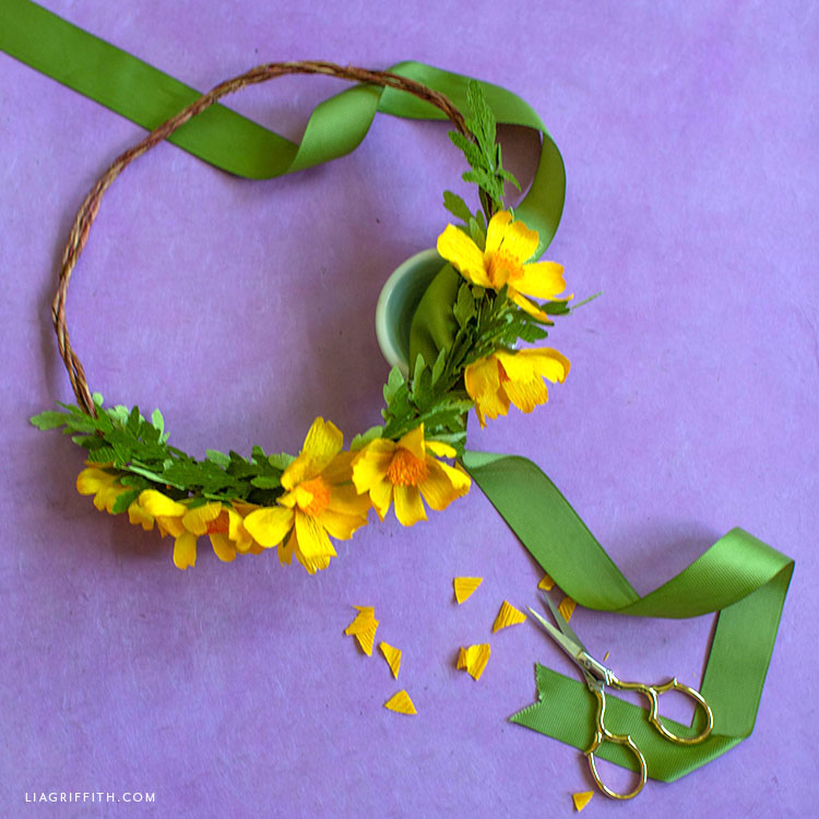DIY head wreath with crepe paper woolly sunflowers