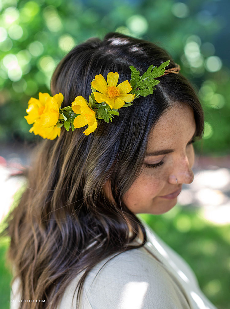 DIY flower crown with crepe paper woolly sunflowers