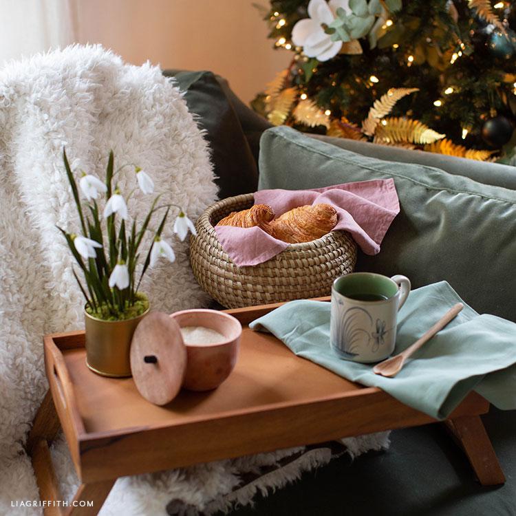 kézzel készített reggeli tálca fűszeres tál, bögre és cserepes krepp papír virágokkal