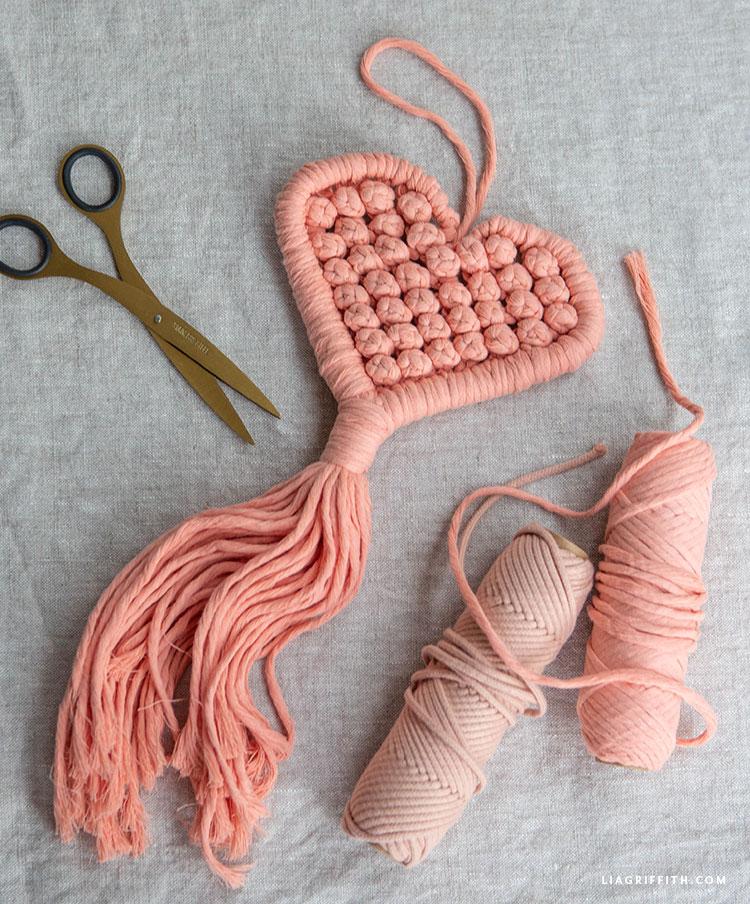 kézzel készített makrame szív dekoráció