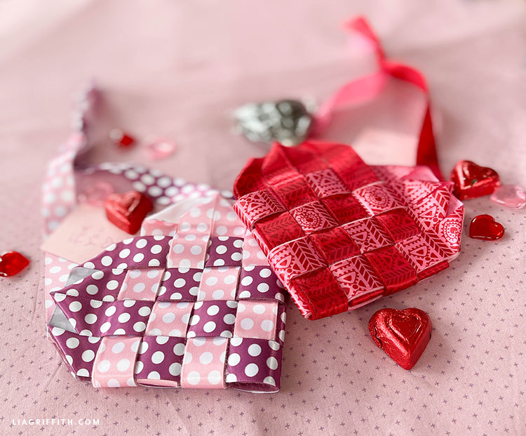 Sevgililer Günü için dokuma keçe ve kurdele kalp sepetleri