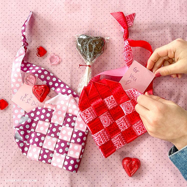el yapımı dokuma şerit kalp sepetleri