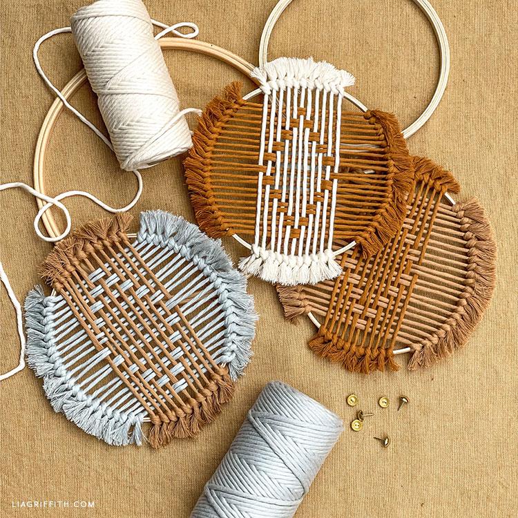 cordão de macramê tecido e decoração de bastidor de bordar